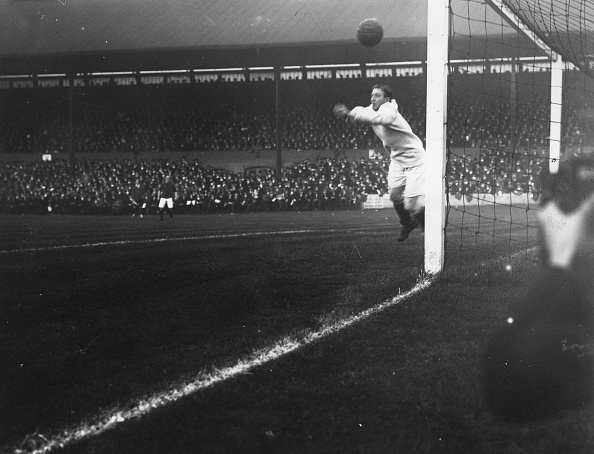 Liverpool - England「Leaping Goalkeeper」:写真・画像(1)[壁紙.com]
