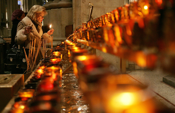 Worshipper「Cardinal Edward Egan Prays For Pope's Health」:写真・画像(7)[壁紙.com]