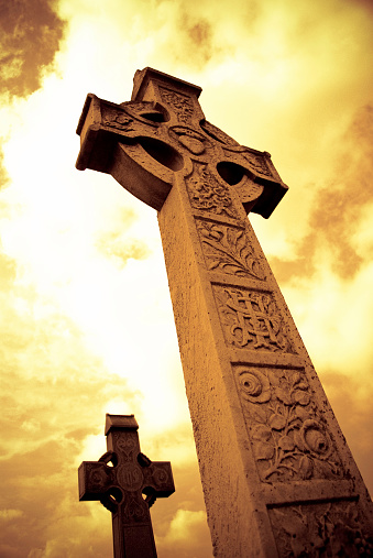 Hell「Medieval Celtic Cross with sunset colors in Irish cemetery」:スマホ壁紙(3)
