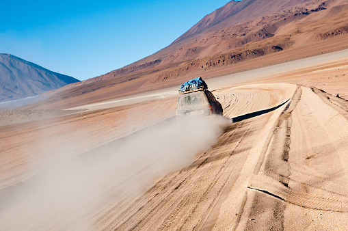 Bolivia「SUV Car Speeding In The Bolivian Desert」:スマホ壁紙(16)