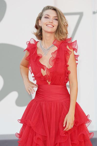 "Plunging Neckline「""Miss Marx"" Red Carpet - The 77th Venice Film Festival」:写真・画像(19)[壁紙.com]"