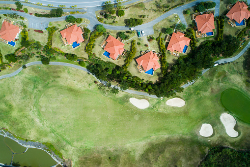 Putting - Golf「Building adjacent to golf course.」:スマホ壁紙(11)