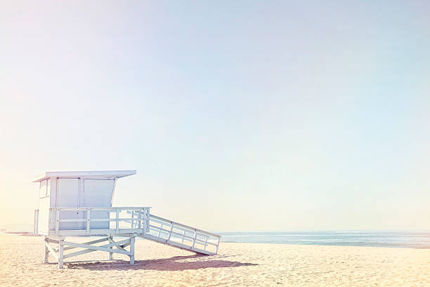 Life guard hut on beach:スマホ壁紙(壁紙.com)