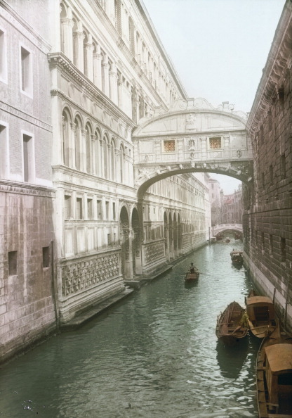 Passenger Craft「View Onto The Bridge Of Sighs, That Passes Over The Rio Di Palazzo. Venice. Italy. Around 1910. Handcolored Lantern Slide.」:写真・画像(10)[壁紙.com]