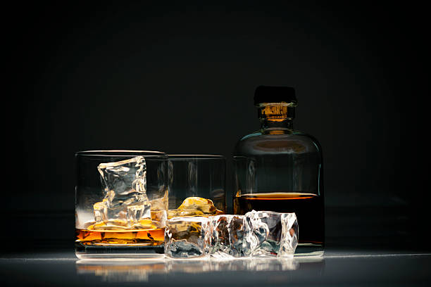 Whiskey in glass with ice:スマホ壁紙(壁紙.com)
