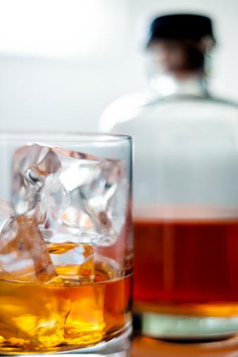 ブランデー「ウィスキーをグラスに氷」:スマホ壁紙(15)