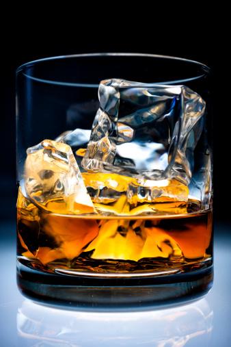 Whiskey「ウィスキーをグラスに氷」:スマホ壁紙(3)