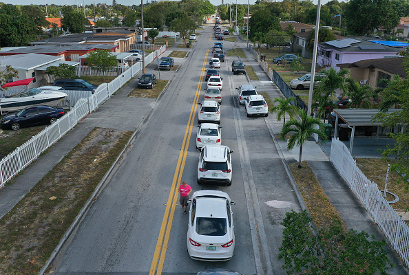 Unemployment「People Line Up For Unemployment Applications In Hialeah, FL During COVID-19 Crisis」:写真・画像(9)[壁紙.com]