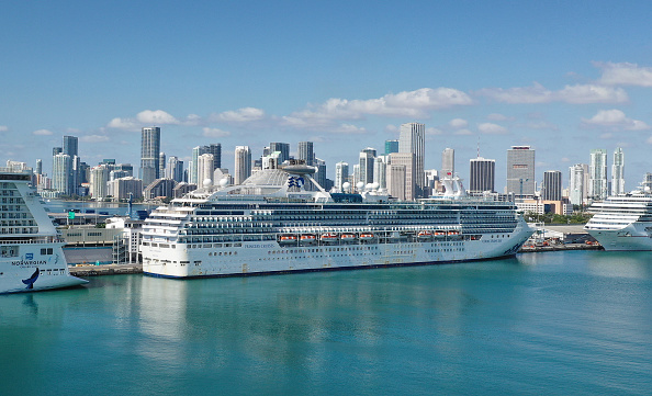 Moored「Coral Princess Cruise Ship With Coronavirus Patients On Board Docks In Miami」:写真・画像(0)[壁紙.com]