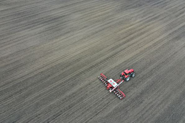 Planting「American Farmers Begin Growing Season During Coronavirus Lockdown」:写真・画像(6)[壁紙.com]