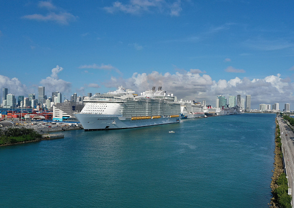 Ship「World's Largest Cruise Ship Drops Off Passengers And Crew In Miami」:写真・画像(4)[壁紙.com]