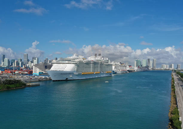 World's Largest Cruise Ship Drops Off Passengers And Crew In Miami:ニュース(壁紙.com)