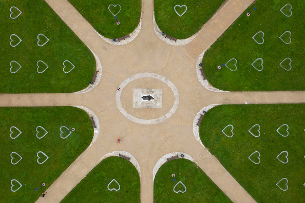Heart「Distanced Hearts For Socialising Appear In Bristol Park」:写真・画像(8)[壁紙.com]