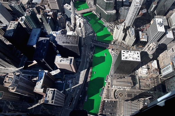 Green Color「Chicago River Is Colored Green To Celebrate St. Patrick's Day」:写真・画像(14)[壁紙.com]