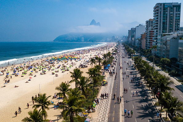 Rio de Janeiro「A Sunny Sunday at the Beaches in Rio de Janeiro Amidst High Numbers of Infected People by the Coronavirus (COVID - 19)」:写真・画像(19)[壁紙.com]