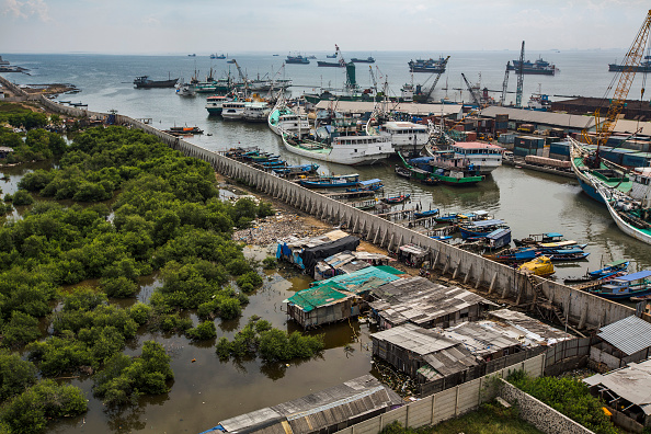 Jakarta「Indonesia Tackles Rising Waters At Jakarta's Sinking City」:写真・画像(0)[壁紙.com]