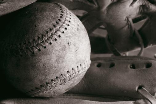 Sepia Toned「Old Baseball and Glove」:スマホ壁紙(19)