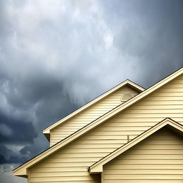 siding house under storm:スマホ壁紙(壁紙.com)