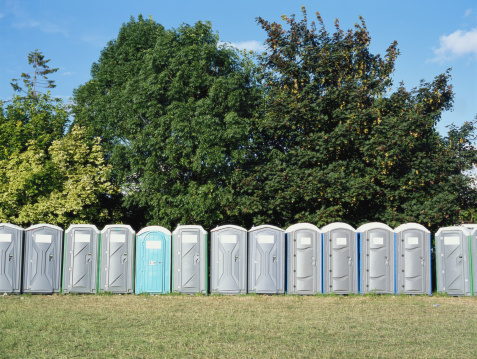 Music Festival「Portable toilet cubicles lined up at edge of trees」:スマホ壁紙(13)