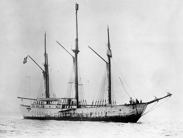 Ship「Abandoned ship of the pole explorer Ronald Amundsen drifts in the icy ocean near the pole for years now」:写真・画像(18)[壁紙.com]
