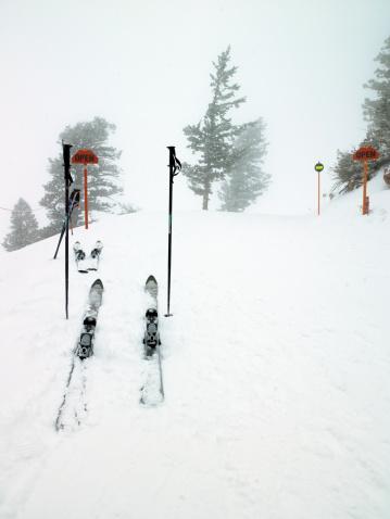 スキーストック「Abandoned skis and poles in snow」:スマホ壁紙(5)