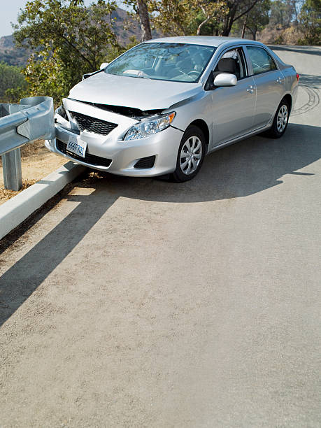 Car wrecked on road guardrail:スマホ壁紙(壁紙.com)
