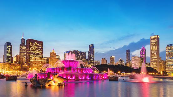 ピンク色「バッキンガム噴水グラント公園シカゴとスカイラインのパノラマ」:スマホ壁紙(3)