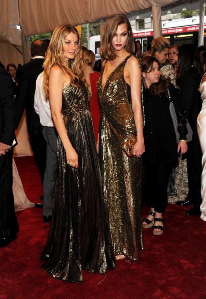 アンジェラ リンドヴァル「'Alexander McQueen: Savage Beauty' Costume Institute Gala At The Metropolitan Museum Of Art - Arrivals」:写真・画像(2)[壁紙.com]