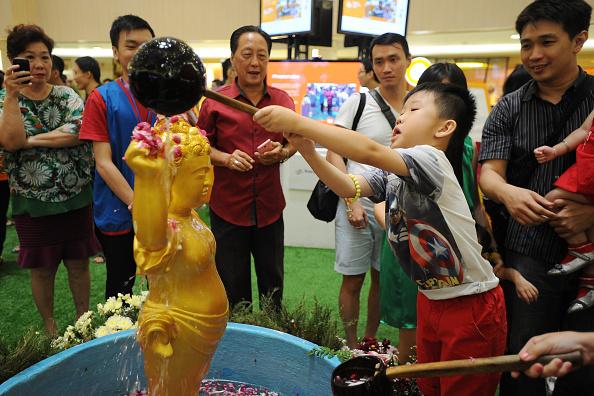 Pouring「Devotees Gather For Vesak Festival 2015」:写真・画像(18)[壁紙.com]