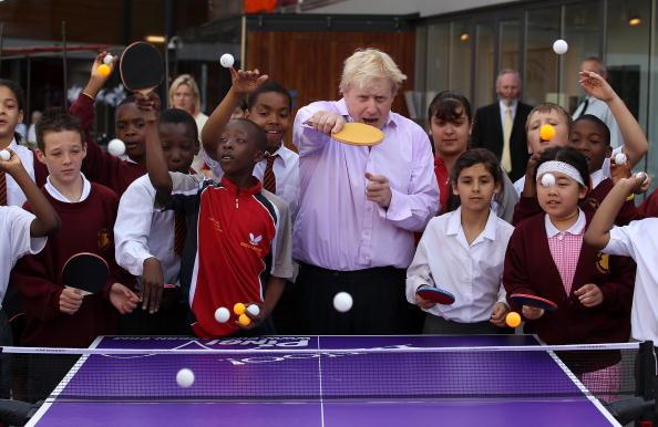 Table「Boris Johnson Plays Table Tennis With Local School Children」:写真・画像(0)[壁紙.com]