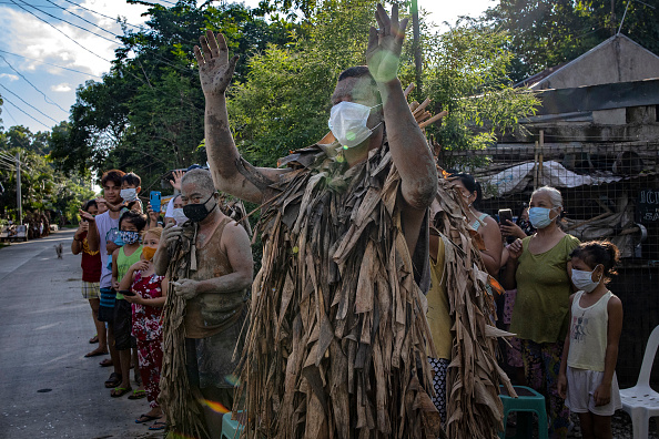 "Ezra Acayan「Filipino Devotees Gather For The ""Mud People"" Festival Amid The Coronavirus Pandemic」:写真・画像(12)[壁紙.com]"