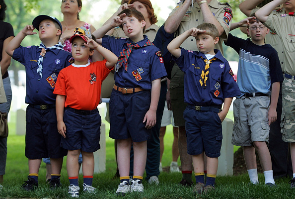 Andy Lyons「Boy Scouts Plant Flags At Cemetery For Memorial Day」:写真・画像(10)[壁紙.com]