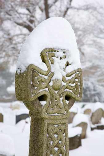 Preacher「Celtic cross in cemetery of Church of St John the Evangelist covered in thick snow after blizzard.」:スマホ壁紙(16)