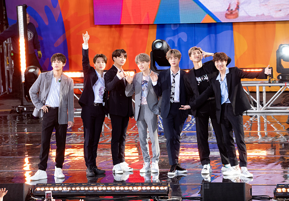 "Kim Tae-Hyung「BTS Performs On ""Good Morning America""」:写真・画像(1)[壁紙.com]"