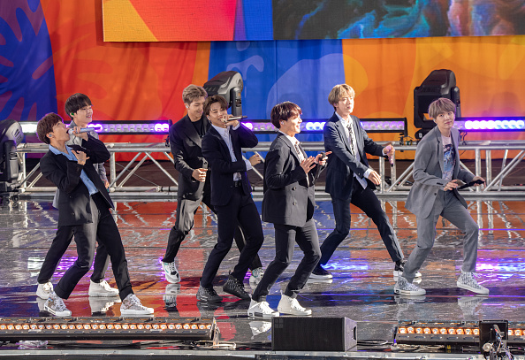 "Kim Tae-Hyung「BTS Performs On ""Good Morning America""」:写真・画像(17)[壁紙.com]"