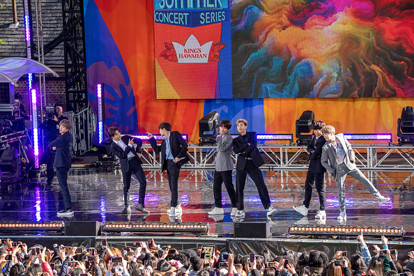 "Kim Tae-Hyung「BTS Performs On ""Good Morning America""」:写真・画像(13)[壁紙.com]"