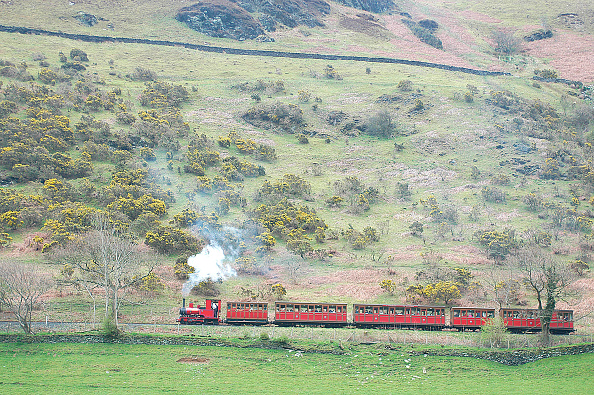 Meter - Unit of Length「The Talyllyn Railway climbs from its coastal base at Tywyn to the heights of Nant Gwernol in a line length of nearly 7.5 miles. A train from Tywyn nears Abergynolwyn as it hugs the side of Tarrenhendre on its climb of the Llyn Valley. April 2004.」:写真・画像(3)[壁紙.com]