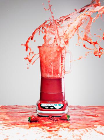 Spraying「Berry juice splashing from blender」:スマホ壁紙(12)
