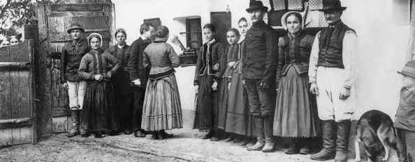 Béla Bartók「Bela Bartok (1881-1945) Hungarian composer (4th from l) during recording of folk songs in Darazs village in 1909」:写真・画像(12)[壁紙.com]