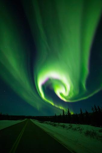 star sky「The aurora swirls over the Richardson Highway south of Delta Junction」:スマホ壁紙(1)