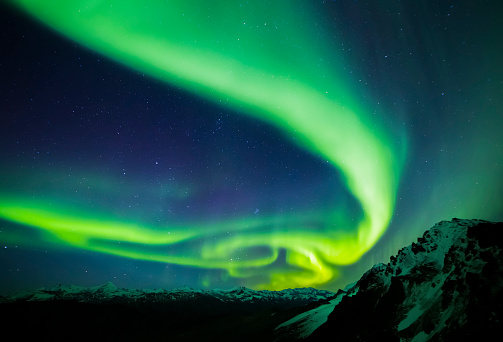 星空「The aurora stretches over the Alaska Range」:スマホ壁紙(13)