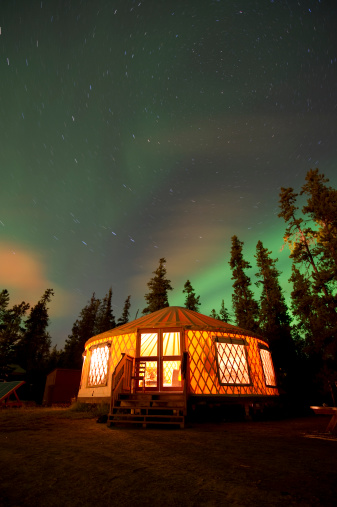 Tent「The Aurora Borealis (Northern Lights) over an illuminated yurt outside of Whitehorse in the Yukon Territory, Canada.」:スマホ壁紙(4)