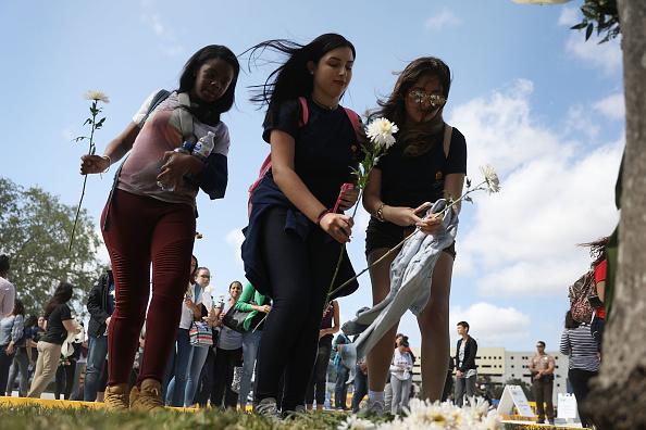 Collapsing「Florida International University Holds Vigil For Victims Of Bridge Collapse」:写真・画像(18)[壁紙.com]