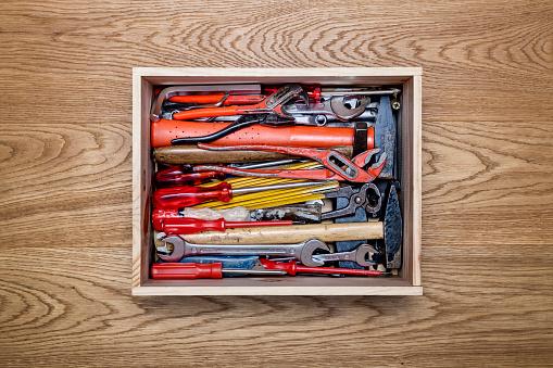 赤「Various tools in a wooden crate」:スマホ壁紙(19)