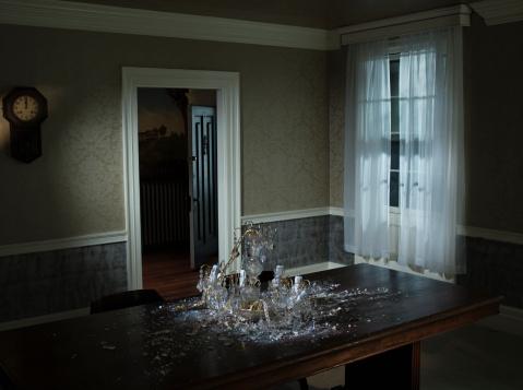 Spooky「fallen chandelier on dining room table」:スマホ壁紙(3)