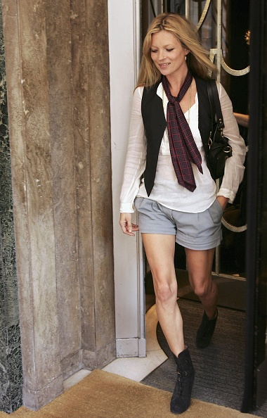 スカーフ「Model Kate Moss Leaves Claridges Hotel」:写真・画像(3)[壁紙.com]