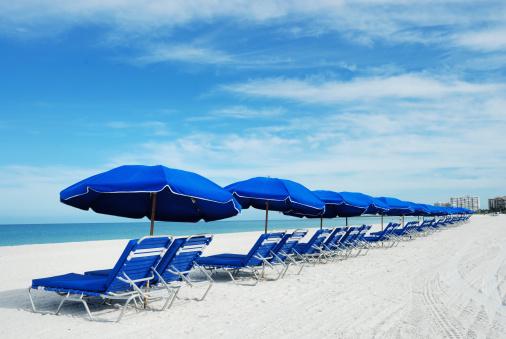 リゾート地「ブルーのビーチパラソル」:スマホ壁紙(6)