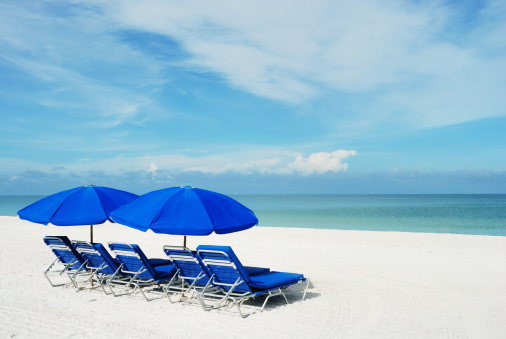Gulf Coast States「Blue beach umbrellas on a white sandy beach.」:スマホ壁紙(17)
