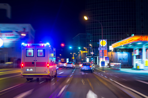 Stoplight「POV from the driving car in the night, Wurzburg, Bavaria, Germany」:スマホ壁紙(18)