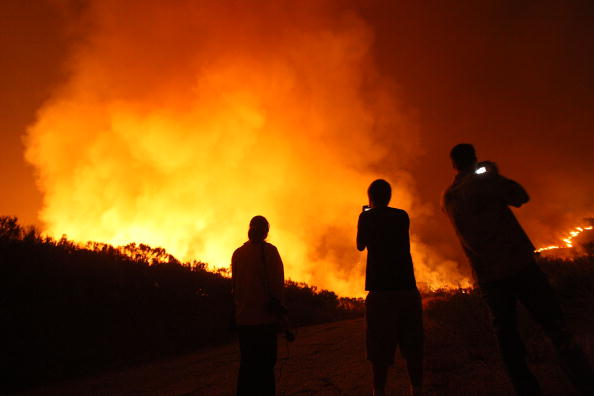 Inferno「Santa Ana Winds And Hot Conditions Stoke Wildfire In Ventura CountyÊ」:写真・画像(1)[壁紙.com]